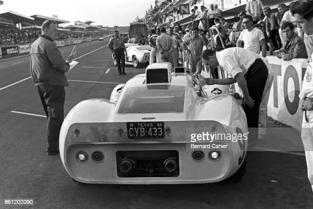 Phil Hill Jo Bonnier Chaparral 2D 24 Hours of Le Mans Le Mans 19 June 1966 Pit stop for the Chaparral 2D of Phil Hill and Jo Bonnier in the 1966 24...