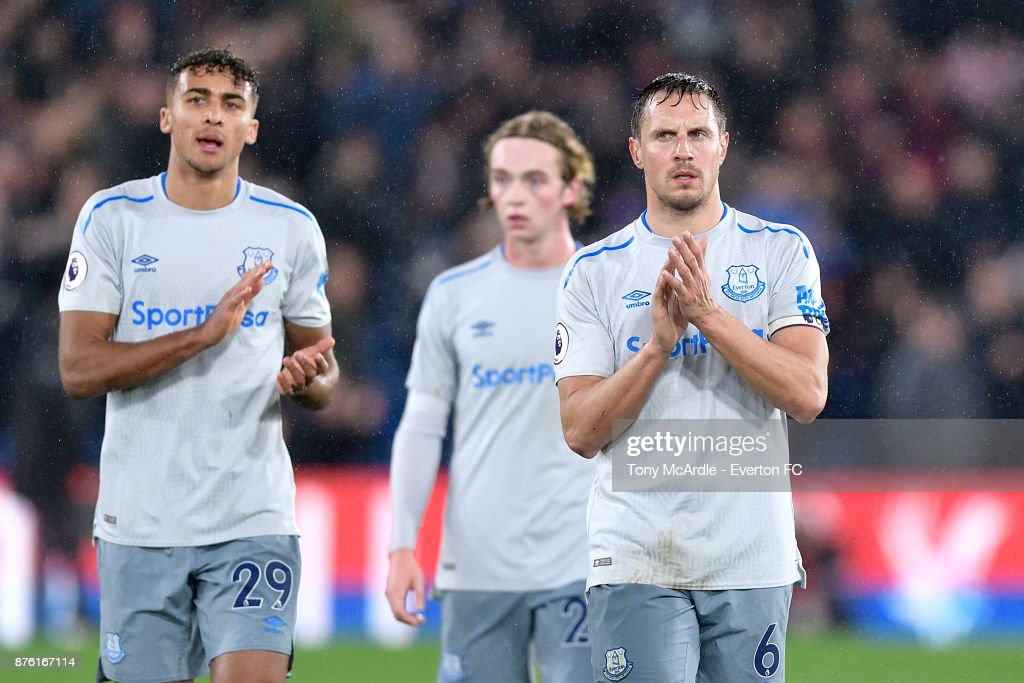 Phil Jagielka of Everton (R) acknowledges the Everton fans after the Premier League match between Crystal Palace and Everton at the Selhurst Park on November 18, 2017 in London, England.