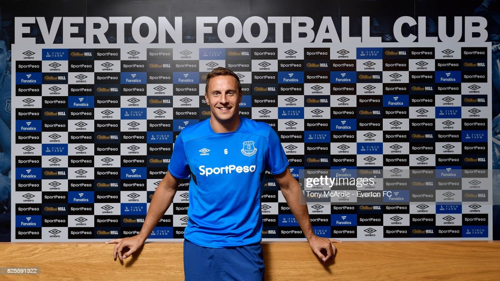 Phil Jagielka Signs a New Contract at Everton