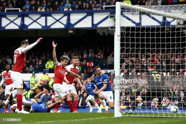 Phil Jagielka of Everton scores his team's first goal during the Premier League match between Everton FC and Arsenal FC at Goodison Park on April 07...
