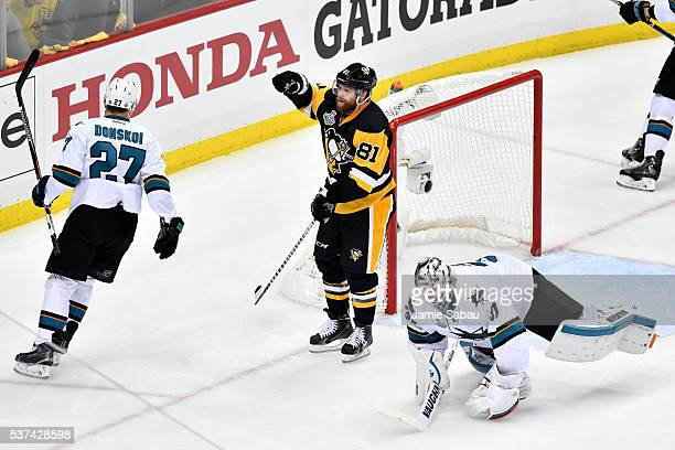 Phil Kessel of the Pittsburgh Penguins celebrates scoring a second period goal against Martin Jones of the San Jose Sharks in Game Two of the 2016...