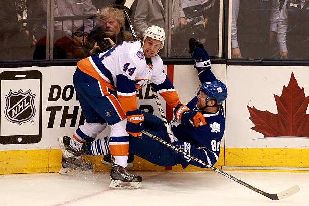 Maple Leafs Kessel checked by Islanders de Haan Pictures | Getty Images