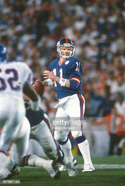 Phil Simms of the New York Giants drops back to pass against the Denver Broncos during Super Bowl XXI on January 26 1987 at the Rose Bowl in Pasadena...