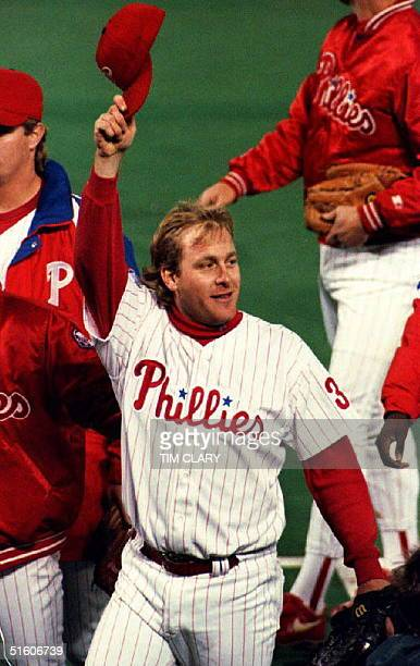 Philadelphia Phillies pitcher Curt Schilling tips his hat to the crowd 21 October 1993 after defeating the Toronto Blue Jays 20 in game five of the...