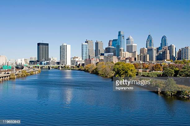 philadelphia skyline and schuylkill river - philadelphia pennsylvania stock pictures, royalty-free photos & images