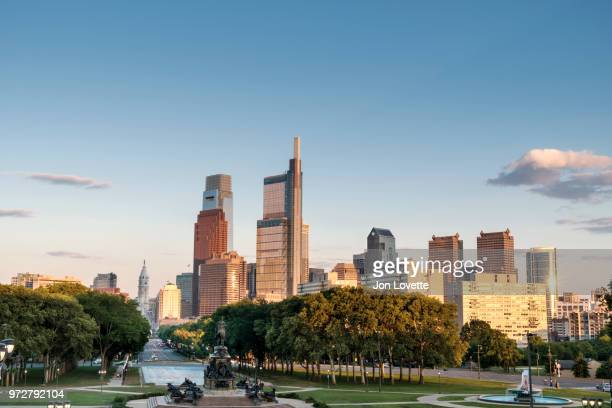 philadelphia skyline, parkway and city hall  at sunset from museum stairs - benjamin franklin parkway fotografías e imágenes de stock