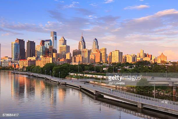philadelphia skyline with schuylkill river - philadelphia pennsylvania stock pictures, royalty-free photos & images