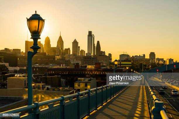 philadelpia downtown at sunset. the view from the benjamin franklin bridge. - philadelphia pennsylvania stock pictures, royalty-free photos & images