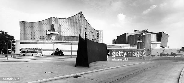 Philharmonie und Kammermusiksaal,im Vordergrund eine Plastik vonRichard Serra- 1988