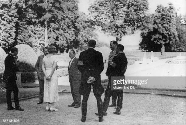 Philipp BouhlerWilhelm BruecknerWilhelm BrücknerAdolf Hitler Politiker NSDAP D im Gespräch mit unknown woman und dem Fotografen Heinrich Hoffmann im...