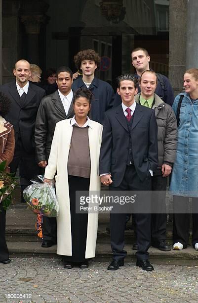 Philipp Eisenlohr Braut JinA Freunde des Paares Kölner Rathaus Standesamt Köln Heirat vor der Trauung Blumenstrauß Brautstrauß