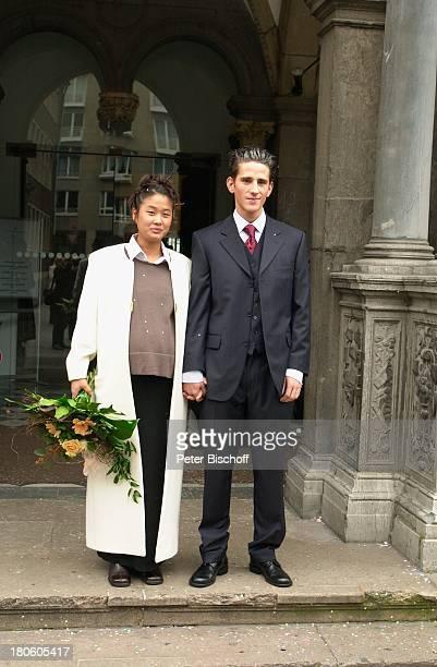 Philipp Eisenlohr Braut JinA Kölner Rathaus Standesamt Köln Heirat vor der Trauung Blumenstrauß Brautstrauß