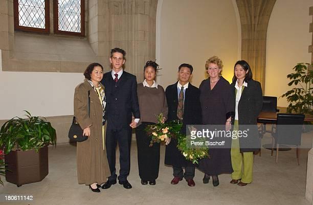 Philipp Eisenlohr , Braut Jin-A, , Mutter derBraut , Vater der Braut , Dr. Katarina Eisenlohr , Schwester der Braut , Kölner Rathaus, Standesamt,...