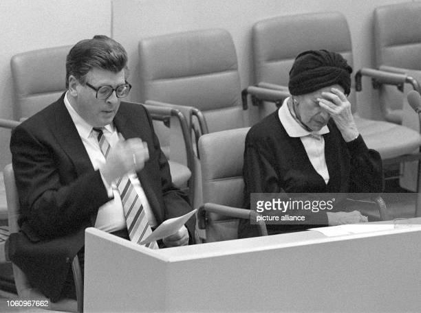 Philipp Jenninger nach seiner Rede zum 50 Jahrestag der Reichspogromnacht am 10 November 1988 im Deutschen Bundestag Rechts die sichtlich...