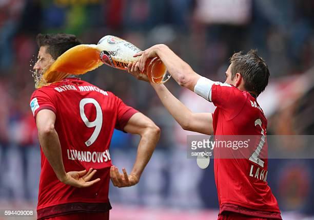 Philipp LAHM FC Bayern München duscht Robert Lewandowski FC Bayern München w FC Bayern München Mainz 05 1 Fussball Bundesliga Saison 2014 / 2015
