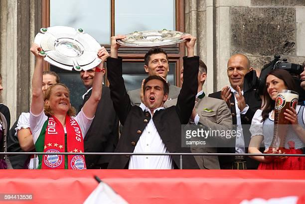 Philipp LAHM FC Bayern München mit Melanie Behringer FC Bayern München Feier auf dem Marienplatz mit der Damenmannschaft des FC Bayern München...