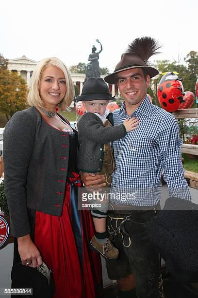 Philipp LAHM FC Bayern München mit seiner Frau Claudia und Sohn Julian FC Bayern auf der Wiesn auf dem Münchner Oktoberfest