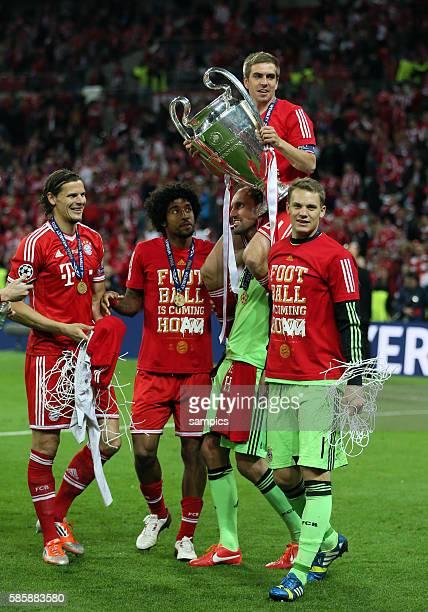 Philipp Lahm mit Pokal auf den Schultern von Tom Starke links Daniel van Buyten mit Tornetz Dante rechts Manuel Neuer FC Bayern München ist der...