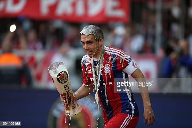 Philipp Lahm mit Weißbier FC Bayern München feiert die 24 deutsche Meisterschaft Fussball Bundesliga FC Bayern München VFB Stuttgart Spieltag 34...