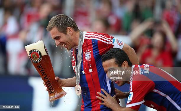 Philipp Lahm und Thiago Alcantara mit Weißbier FC Bayern München feiert die 24. Deutsche Meisterschaft Fussball Bundesliga : FC Bayern München - VFB...