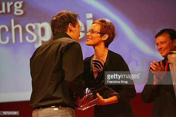 Philipp Pratt Erhält Den Preis Für Den Besten Spielfilm Von Laudatorin Sonja Kirchberger Bei Der Verleihung Des Studio Hamburg Nachwuchspreises 2007...