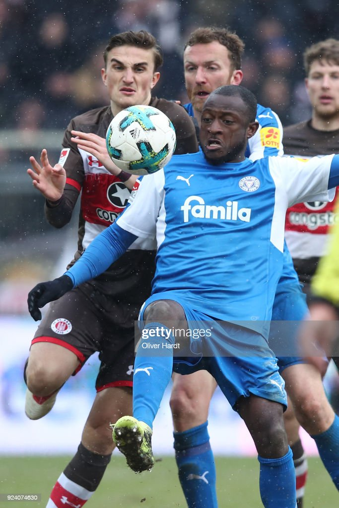 Philipp Ziereis (L) of Hamburg and David Kinsombi (R) of Kiel compete for the ball during the Second Bundesliga match between FC St. Pauli and Holstein Kiel at Millerntor Stadium on February 25, 2018 in Hamburg, Germany.