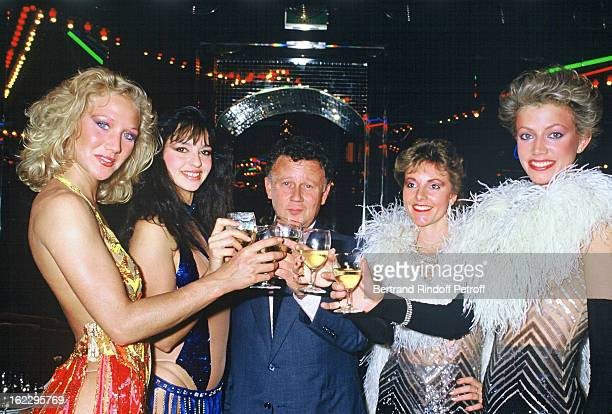 Philippe Bouvard surrounded by young girls celebrating New Year's Eve at L'Elysee Matignon in 1985