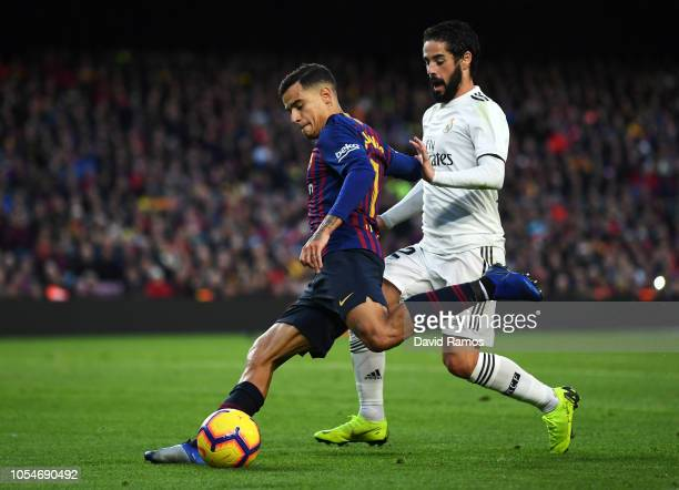 Philippe Coutinho of Barcelona beats Isco of Real Madrid during the La Liga match between FC Barcelona and Real Madrid CF at Camp Nou on October 28...