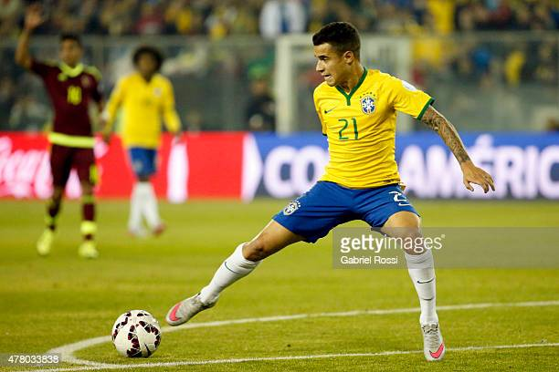Philippe Coutinho of Brazil controls the ball during the 2015 Copa America Chile Group C match between Brazil and Venezuela at Monumental David...