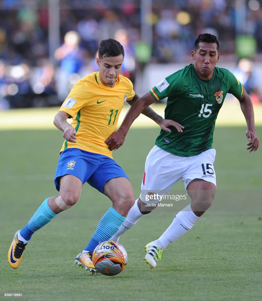 Philippe Coutinho of Brazil fights for the ball with Cristhian Machado of Bolivia during a match between Bolivia and Brazil as part of FIFA 2018 World Cup Qualifiers at Hernando Siles Stadium on October 05, 2017 in La Paz, Bolivia.