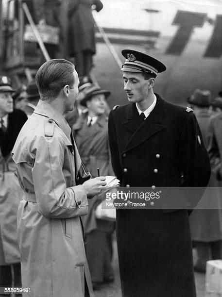 Philippe de Gaulle fils du Général de Gaulle de retour des EtatsUnis est interviewé par un journaliste à sa descente d'avion le 13 décembre 1945 à...