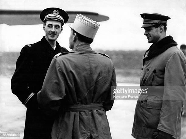 Philippe de Gaulle fils du Général de Gaulle de retour des EtatsUnis discute avec des officiers à sa descente d'avion le 13 décembre 1945 à Paris...