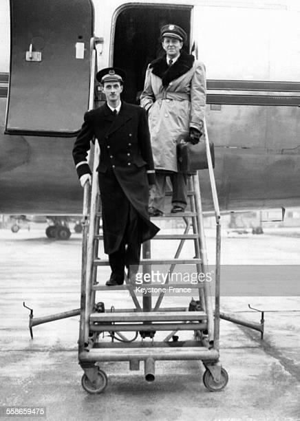 Philippe de Gaulle fils du Général de Gaulle de retour des EtatsUnis à sa descente d'avion le 13 décembre 1945 à Paris France