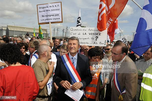Philippe de Villiers demonstrates againts the closure of the factory SKF In Fontenay Le Comte France On June 27 2009Philippe de Villiers in the...