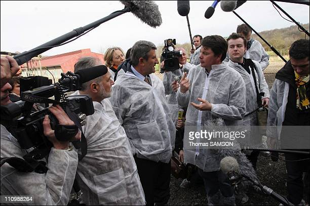 Philippe de Villiers president of the movement for France visits a farm in the Aisne near Soissons Allemant Phillipe de Villiers and the farmer...