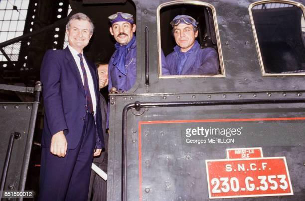 Philippe Essig,pdg de la SNCF, en compagnie de deux conducteurs à bord d'une locomotive à vapeur en gare d'Austerliz à Paris le 8 octobre 1987,...