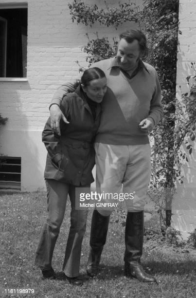 Philippe Noiret et son épouse Monique Chaumette dans leur maison de campagne à MarlyLeRoy le 5 mai 1974 France