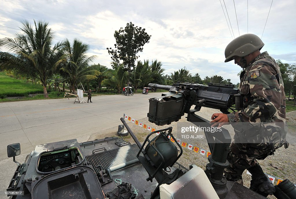A Philippine soldier inspects the gun of : News Photo