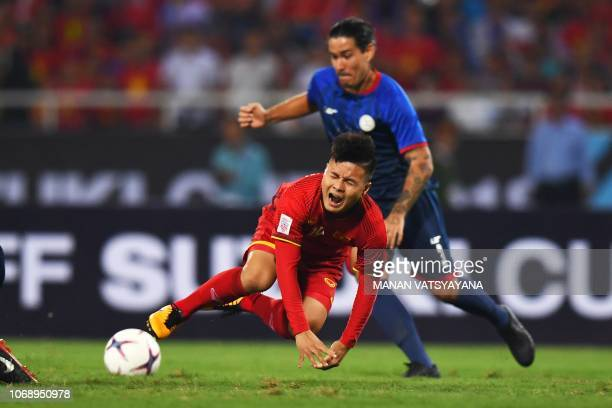 Philippines' defender Carli de Murga fights for the ball with Vietnam's midfielder Nguyen Quang Hai during the second leg of the AFF Suzuki Cup 2018...