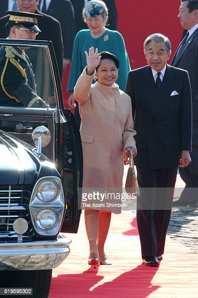 Philippines President Gloria Arroyo and Emperor Akihito attends the welcome ceremony at the Akasaka State Guest House on December 3, 2002 in Tokyo,...
