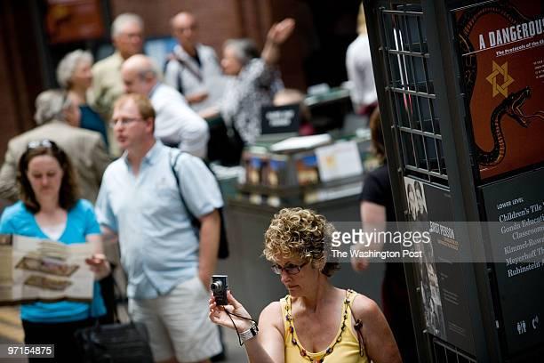 PH/museum DATE June 2009 CREDIT Marcus Yam / TWP Washington DC Fiona Marissa from Richmond Va takes a picture of Jasmine Sadri from Richmond Va...