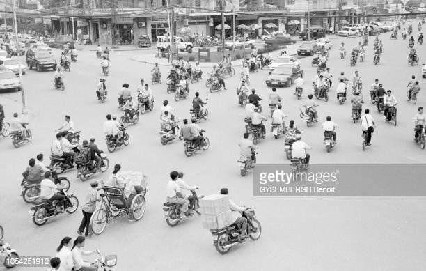Phnom Pen Cambodge février 1996 La capitale cambodgienne et sa population Ici de nombreux deuxroues circulant sur un carrefour de la ville