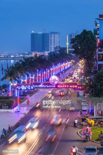 phnom penh, sisowath quay, evening traffic - phnom penh stock pictures, royalty-free photos & images