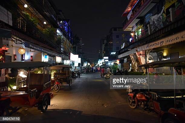 phnom penh street 278 by night cambodia - night life in cambodian capital phnom penh ストックフォトと画像