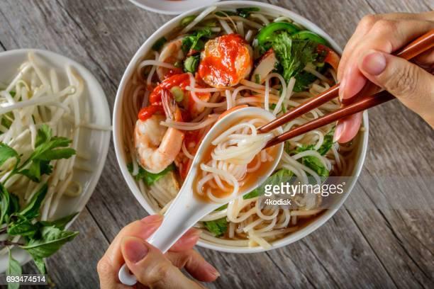 Pho, vietnamesische Suppenschüssel mit Meeresfrüchten