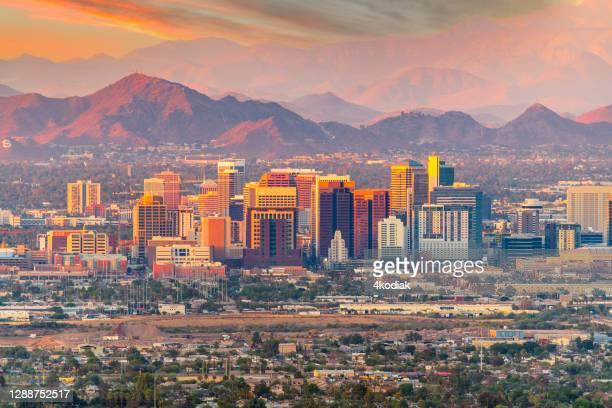 フェニックス、アリゾナ州のスカイライン、夕暮れ時 - アリゾナ州 フェニックス ストックフォトと画像