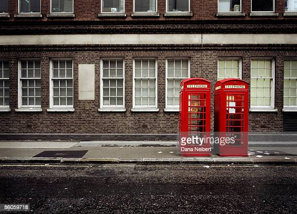 phone booths by building in london - londres photos et images de collection