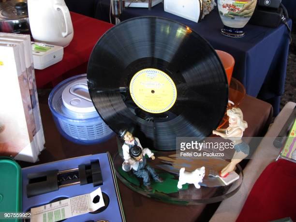 phonograph record for sale at flea market - opslagmedia voor analoge audio stockfoto's en -beelden