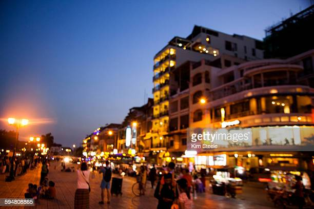 phonom penh, sisowath quay - night life in cambodian capital phnom penh ストックフォトと画像