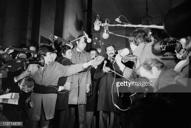 Photo d'archive datée du 10 janvier 1974 du ministre algérien des Affaires Etrangères Abdelaziz Bouteflika assailli par les journalistes après son...